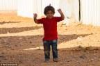هل نتجنب إلحاق الضرر بأطفال سوريا اللاجئين الذين شهدوا الأهوال حين نستمر في التقاط صورهم؟